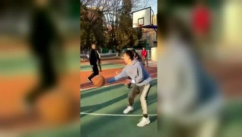 原来老大爷打篮球也这么有心机,进球那刻,我都自愧不如!