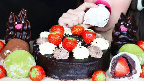 美女吃播吃巧克力系列美食,一口蛋糕一口草莓,好吃到停不下来!