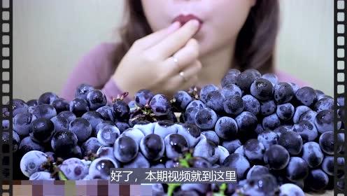 美女吃冰冻葡萄,别样吃法创意好吃,听这沙沙的咀嚼声,太馋人了