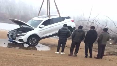 老司机大冬天把车开河里了,只能请吊机来救援,估计要大修!