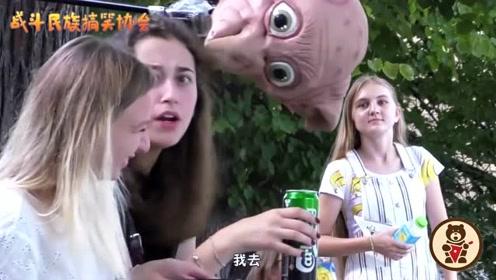 """街头测试:空中突降""""小精灵多比"""",俄罗斯女孩的反应太逗了"""