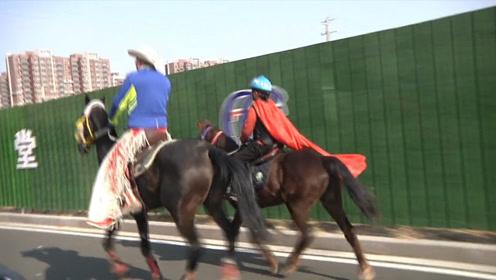 硬核!7岁小学生在父亲陪同下骑马放学 父子两赚足眼球