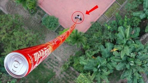 """老外用可乐玩""""叠罗汉"""",将可乐罐叠加100米高,猜猜他能成功吗?"""