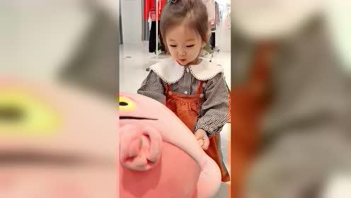 小情人的小表情简直太可爱了,看到女儿萌萌的笑容自己也会很开心