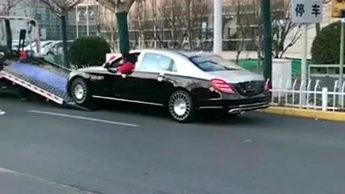奔驰迈巴赫上板车,司机这开车技术绝对没得说,一看就是一位老司机!