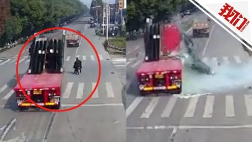 大写的疼!一卡车玻璃倾倒砸碎 骑车人被埋在碎玻璃中