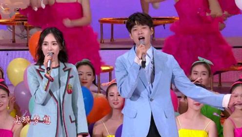 杨幂、魏大勋穿情侣装合唱,台上深情对望,甜哭了!