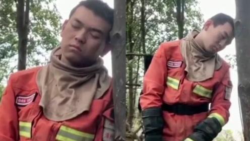 为扑灭佛山山火持续作战2天,消防员累得靠树睡着,手中还紧握送水带