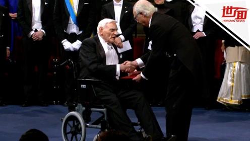 诺贝尔颁奖仪式现场: 最年长得主坐轮椅领奖 97岁还天天去实验室
