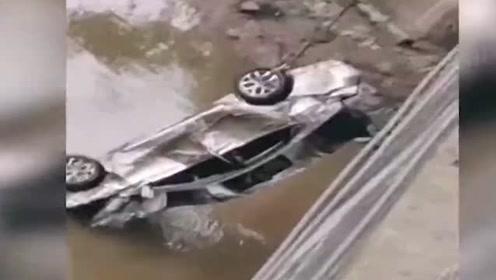 女司机驾驶车辆失控,冲破围栏坠入河中,打捞视频曝光