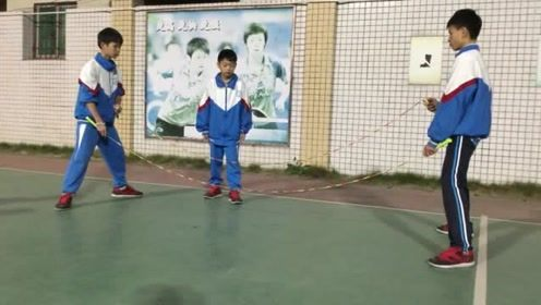 自古英雄出少年,小学生跳绳的时候,一次竟用两根绳子!