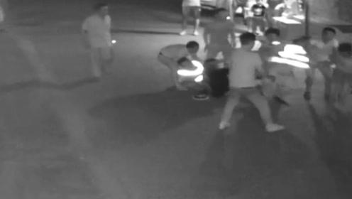 荒唐!8人为逃避处罚将交警摁在地上 还有女子抢走执法记录仪