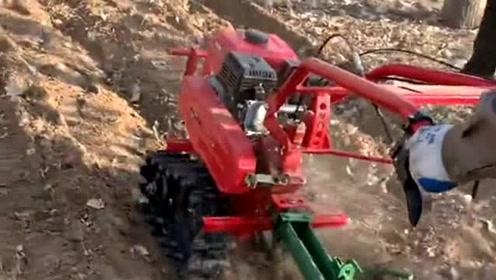 这犁地速度真是快,双履带多功能微耕机。优点就是一个人就可以操作。