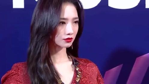 孟美岐盛装亮相红毯,复古印花红裙太惊艳!网友:太漂亮了啊啊啊