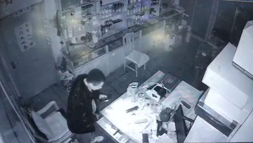 3男子凌晨撬锁进入商店行窃 撞见主人在店内睡觉