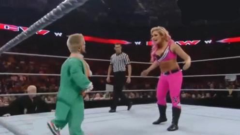 不一样的摔角比赛!侏儒男向女摔选手发起挑战 你猜最后谁赢了?