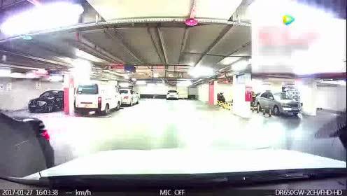 这个女司机也是够淡定的!撞了别人的车就跑!