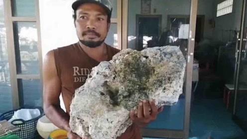 """男子海滩上捡到一块""""石头"""" 没想到竟价值500万"""