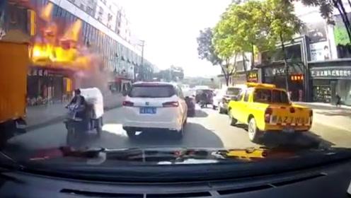 广州白云一商铺煤气爆炸巨大火舌喷出 监控拍下恐怖瞬间