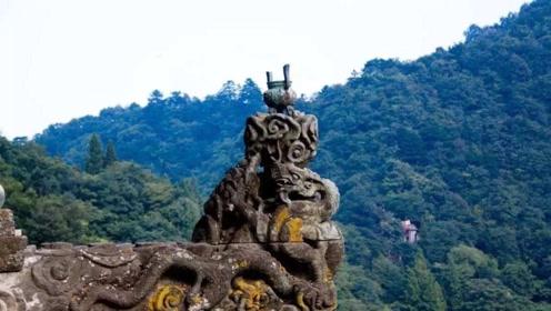 中国最危险的香炉伸出悬崖3米多 游客冒着生命危险烧香