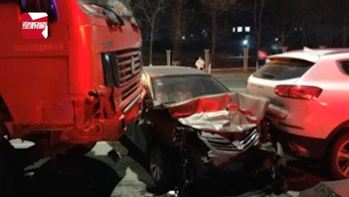 辽宁丹东一货车操作不当失控,撞上12辆车:无人员伤亡