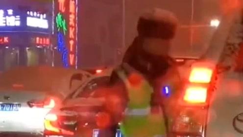暖心的交警小哥哥,大雪落在车上挡住了司机的视线,好心的他帮司机清理积雪