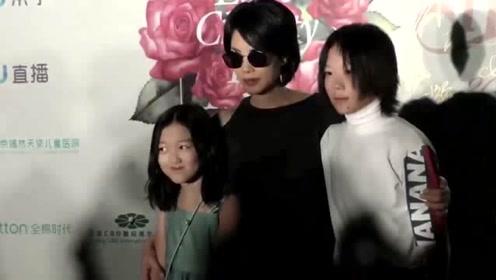 王菲13岁女儿李嫣晒美照 身材纤细浓妆艳抹大变样
