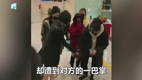 女星机场被同伴扒拉裤子,当即挥手要打同伴:公众场合不合适吧