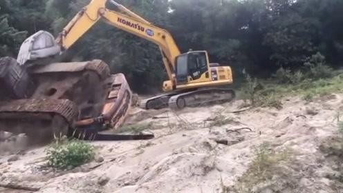 挖掘机:跟我斗,你还嫩了点,翻滚吧!