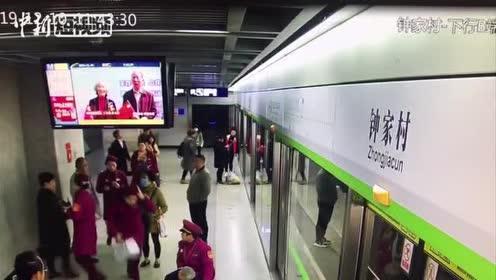 暖心!武汉一老人地铁昏倒众人接力救助