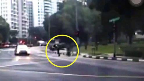 执法现场!新加坡交警一脚踹飞驾驶电动车上路男子引热议