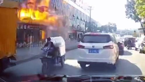 街头商铺突发煤气爆炸 车载记录仪拍下惊险瞬间