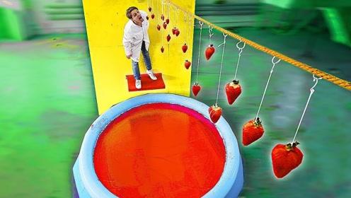 """吃草莓大挑战!规定时间内吃不到,就要掉进恐怖的""""大染缸"""""""