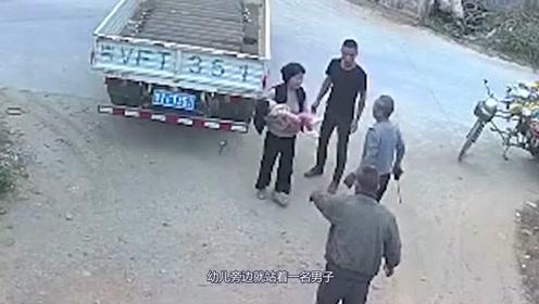 一幼儿蹲地玩耍遭货车碾压,男子看着惨祸发生,竟无动于衷!