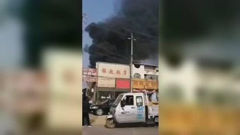 濮阳一停车场油汽罐着火,黑烟飘有十几米高