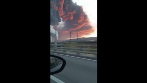 西班牙一工业废料厂突发大火 现场浓烟遮日高耸入云