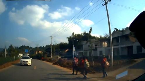 男子驾车避让行人占道行驶 与对向车辆迎面相撞