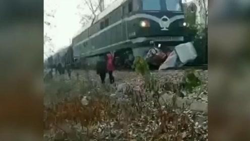 焦作一列火车撞上摩托车:车身压在火车头下 司机当场身亡