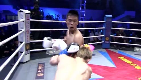 日本拳手未免过于卑鄙了!开局碰拳就跳膝攻击,中国小伙愤怒暴捶