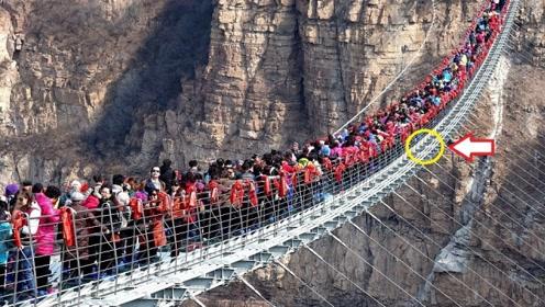 """300多名游客挤上玻璃桥,桥面瞬间""""破裂"""",游客都被吓懵了!"""