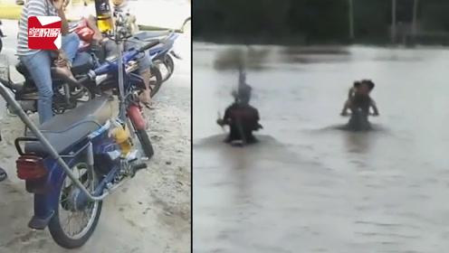 别模仿!两兄弟改装摩托车开进洪水中,还边开边录视频