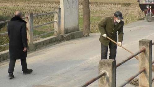 乡村最美身影!7旬老人4年义务清扫9里公路,用坏2百多把扫帚