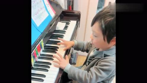 学了三个月的钢琴,儿子还是这水平,不知道该不该放弃
