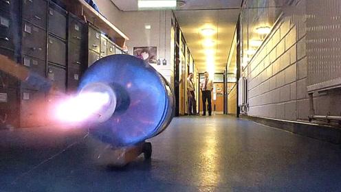 小伙用饮水桶制作了一个火箭推进器,点燃的瞬间,好戏开始了!