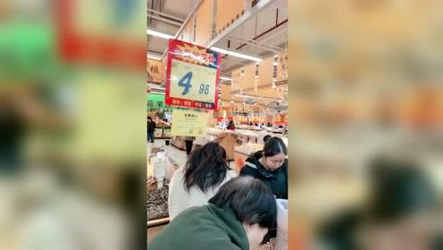 但凡超市有大减价大促销的商品,总是能看到老年人一哄而上