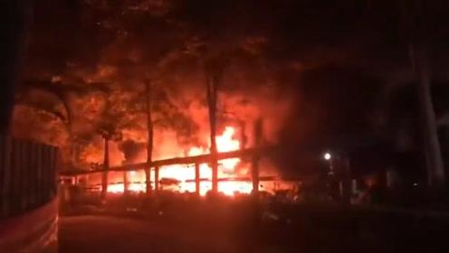 广西南宁一小区深夜起火伴有爆炸声,目击者:十几台车被烧