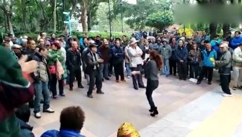 街头艺人热歌劲舞,场面火爆!