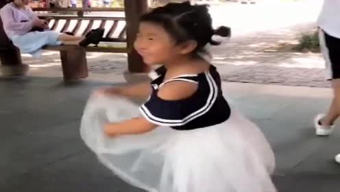 公园偶遇李欣蕊,今天穿上了小裙子,太漂亮了!