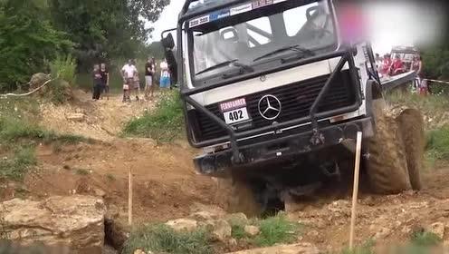 奔驰8驱卡车越野性能不一般,完全不输专业越野车!