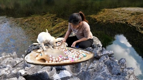 小姐姐遛狗意外发现超大河蚌,捡起来打开一看,高兴得笑出猪叫!